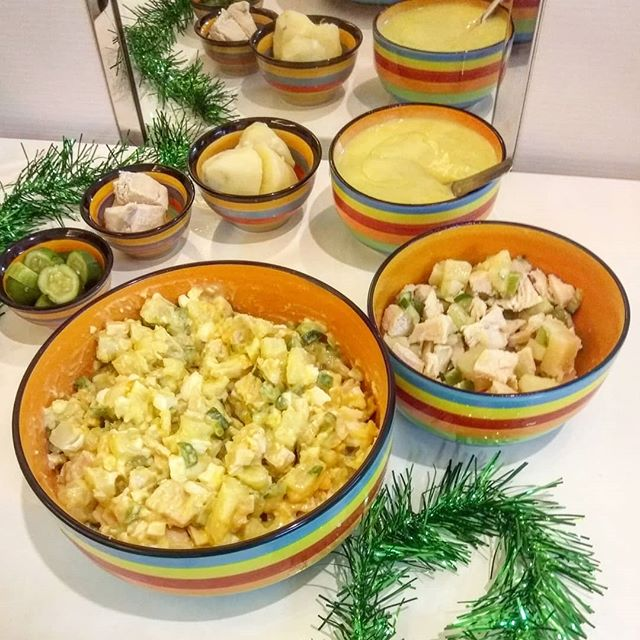 """Продолжаю тему традиционного новогоднего стола #бгбкОлевье Варёная картошка, варёная курица, малосольные огурчики ( накануне взяла маленькие огурчики помыла, обрезала попки на сантиметр и уложила в сильно солёную воду на ночь) Плюс Бгбк-майонез (прошлый пост) ну и во взрослой версии есть варёные яйца)Можно было ещё с горошком пофантазировать но в Тае с ним плохо. Так что без горошка)))Муж полный взрослый состав оценил как """"тот самый вкус"""" Ребёнку вариант с майонезом не понравился, но просто с маслом он съел с удовольствием. #бгбкдиета #бгбкмагазин #бгбк #безглютена #безказеина #безмолока #новыйгод #диетическоеменю #бгбкрецепты"""