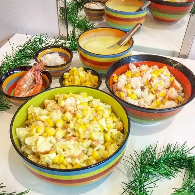 """Ну и последний из моих новогодних #бгбкрецептов - """"салат с крабовыми палочками""""Варёные креветки (я в Тае тут с этим легко), варёная кукуруза, рис и Бгбк- майонез (предыдущие посты) во взрослой версии ещё варёные яица.Этот салат ребёнку очень понравился, правда заправлять майонезом он принципиально не дал ел с маслом#бгбкрецепты #бгбкдиета #бгбкменю #бгбкмагазин #бгбк #безглютена #безхимии #безмолока"""