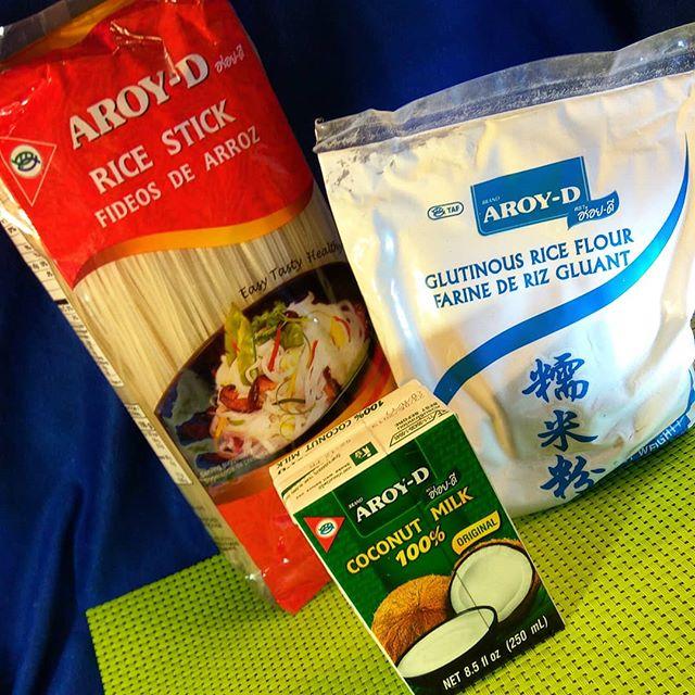 Пополнение от азиатского производителя Aroy-d.Блэкаут подмосковья закончился 😎 нам вернули электричество и я наконец могу написать о новых поступлениях. Приехало кокосовое молочко и другие товары от #aroy-d Кокосовое молочко я специально закупают в самой маленькой упаковке какую только возят в Россию. ( 250 мл.  В Тае мы вообще по 150 мл. покупали)  дело в том что молочко это в открытом состоянии быстро портится. То есть открыли упаковку хранить её даже в холодильнике нельзя. ( На пачке пишут что можно но моему ребенку если молочко постояло открытым хотя бы часа 2 - 3 от него нехорошо. Поэтому я беру размер упаковки такой чтоб употребить её сразу всю)Ещё привезла рисовую клейкую муку ( без добавок просто рис повышенной клейкости). И рисовые макароны разного калибра  #кокосовоемолоко #рисоваямука #рисовыемакароны #бгбкмагазин #бгбк