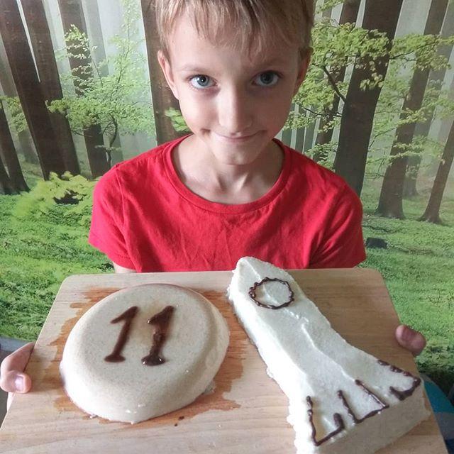 Наш очередной бгбк-торт. На этот раз торт по заявке именинника  он состоял из двух частей: Луна и ракета.Луна была желейная: кедровое молочко, фруктоза, агар-агар. Ракета же это вафельный торт: рисовые хлебцы, кокосовая паста со стевией, кокосовое масло Надписи шоколадные: кероб+ кокосовое масло.В блоге как всегда подробно распишу как делала.#бгбкторт #бгбкмагазин #бгбкдиета #бгбк